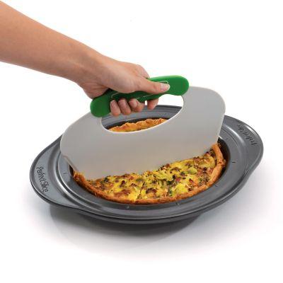 Pie pan with slicing tool